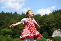 Petite fille dans un bain de soleil à pois rouge Image stock