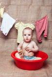 Petite fille dans un bassin photographie stock libre de droits