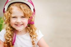 Petite fille dans un casque de vélo Photo libre de droits