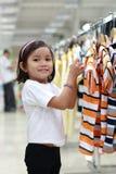 Petite fille dans un centre commercial Photo stock