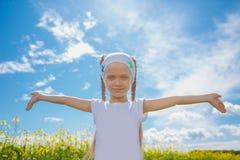 Petite fille dans un domaine de graine de colza Photo libre de droits
