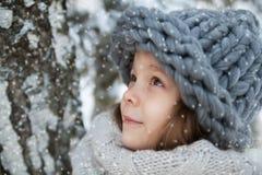 Petite fille dans un grand chapeau dans le portrait d'hiver Photo stock