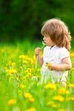 Petite fille dans un pré Photos libres de droits