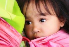 Petite fille dans une élingue Images stock