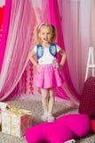 Petite fille dans une jupe rose photo libre de droits
