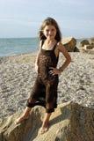 Petite fille dans une lumière de coucher du soleil Photo stock