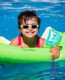 Petite fille dans une piscine Photo stock