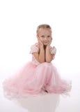 Petite fille dans une robe élégante rose. Photographie stock