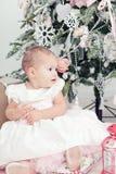 Petite fille dans une robe blanche Images libres de droits