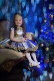 petite fille dans une robe intelligente avec un diadème dans ses cheveux Images stock