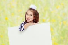 Petite fille dans une robe rayée image stock