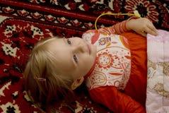petite fille dans une robe rouge Images libres de droits