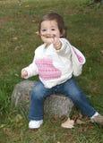 Petite fille découvrant des lames d'automne Images stock