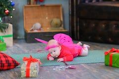 Petite fille de bébé doux se trouvant sur le plaid avec les ailes féeriques photos stock