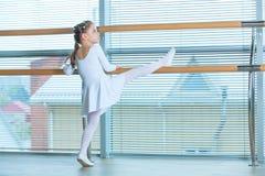 Petite fille de ballerine dans un tutu rose Enfant adorable dansant le ballet classique dans un studio blanc Danse d'enfants Goss photo stock