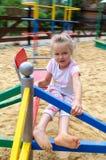 Petite fille de courrier escargot sur le terrain de jeu Image stock