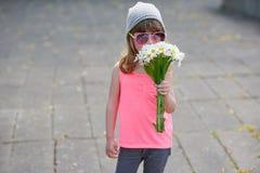 Petite fille de hippie avec des fleurs images stock