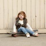 Petite fille de hippie avec le portrait de planche à roulettes Image libre de droits