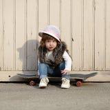 Petite fille de hippie avec le portrait de planche à roulettes Images stock