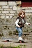 Petite fille de hippie avec le portrait de planche à roulettes Image stock