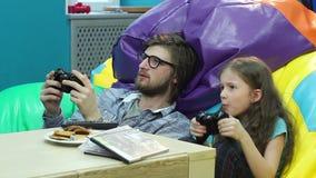 Petite fille de jeune type jouant le jeu vidéo, habitude, dépendance de jeu banque de vidéos
