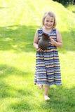 Petite fille de marche avec le pichet Photographie stock libre de droits