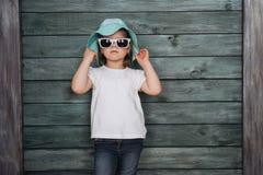 Petite fille de mode, un enfant habillé Belle exposition photo libre de droits