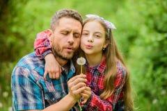 Petite fille de père apprécier l'été Gardez les allergies de ruiner votre vie Concept saisonnier d'allergies outgrow photos libres de droits