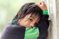 Petite fille de Philippine sous la pluie Photo libre de droits