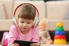 Petite fille de pirate informatique de la génération z utilisant le téléphone portable pour s'amuser photos stock