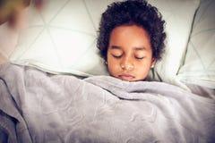 Petite fille de portrait dans le lit photo libre de droits