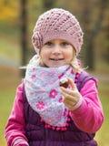 Petite fille de portrait en parc image libre de droits