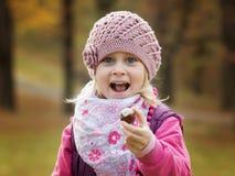 Petite fille de portrait en parc images stock