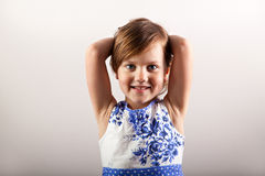 Petite fille de sourire avec des œil bleu Photo stock