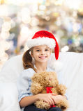 Petite fille de sourire avec l'ours de nounours Photographie stock libre de droits