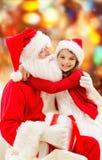 Petite fille de sourire avec le père noël Photographie stock