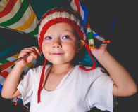 Petite fille de sourire avec le parapluie Photographie stock libre de droits