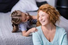 Petite-fille de sourire ayant l'amusement sa grand-mère Images stock