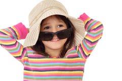 Petite fille de sourire dans la paille et des lunettes de soleil photographie stock