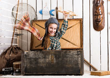 Petite fille de sourire dans le chapeau pilote jouant l'avion en bois Images libres de droits