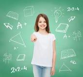 Petite fille de sourire dans le T-shirt vide blanc Photographie stock libre de droits
