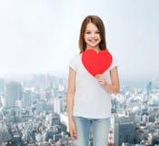 Petite fille de sourire dans le T-shirt vide blanc Photographie stock