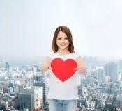 Petite fille de sourire dans le T-shirt vide blanc Photos stock