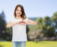 Petite fille de sourire dans le T-shirt vide blanc Image stock