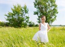 Petite fille de sourire de brune sur le medow Photo libre de droits