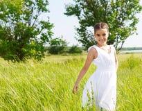 Petite fille de sourire de brune sur le medow Photos stock