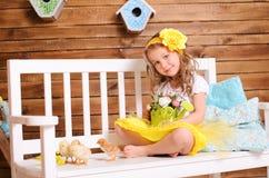 Petite fille de sourire et poulets vivants sur le banc images stock