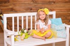 Petite fille de sourire et poulets vivants sur le banc image libre de droits