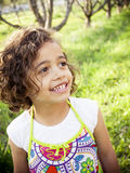 Petite fille de sourire heureuse à l'extérieur Photographie stock libre de droits