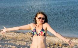 Petite fille de sourire heureuse adorable sur la plage Images libres de droits